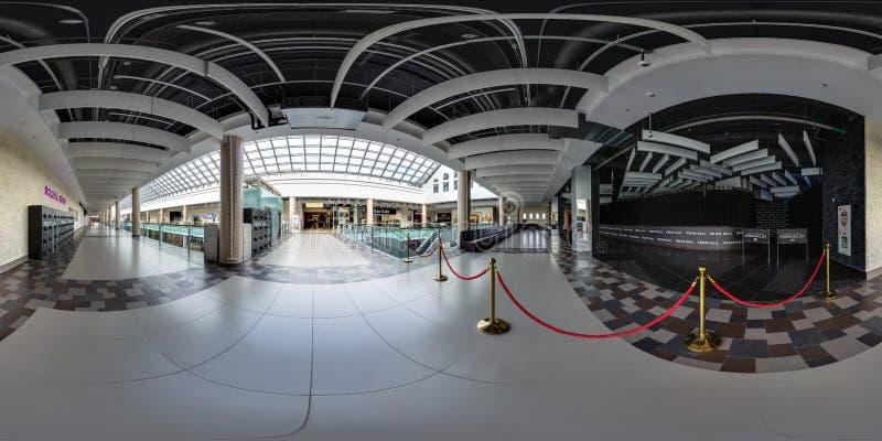 MINSK, WIT-RUSLAND - OKTOBER, 2016: volledig naadloos panorama 360 van de hoekgraden mening in zaal van modern handelscentrum met stock afbeelding