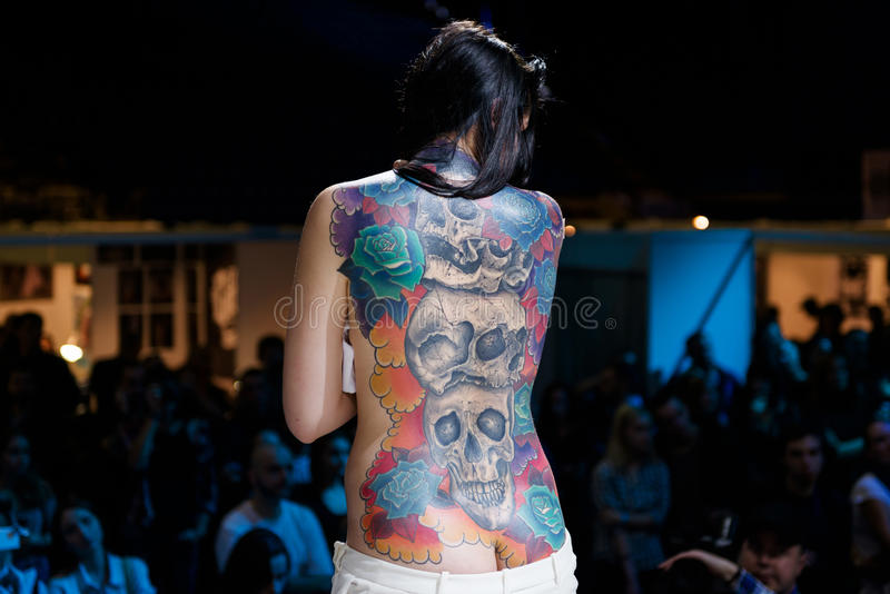 MINSK, WIT-RUSLAND - SEPTEMBER 19, 2015: De mensen tonen hun tatoegeringen royalty-vrije stock fotografie