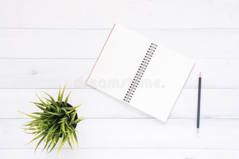Minsta arbetsutrymme - lekmanna- foto för idérik lägenhet av workspaceskrivbordet Bakgrund för kontorsskrivbord med anteckningsbö arkivbild