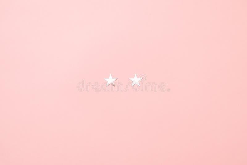 Minsta begrepp för julspädgris som göras av silverstjärnakonfettier på rosa bakgrund Idérik idé för hälsningkort och kalender royaltyfri foto