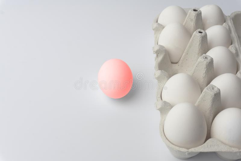 Minsta begreppspåsk Ägg i neonfärger Minsta bakgrund arkivbilder