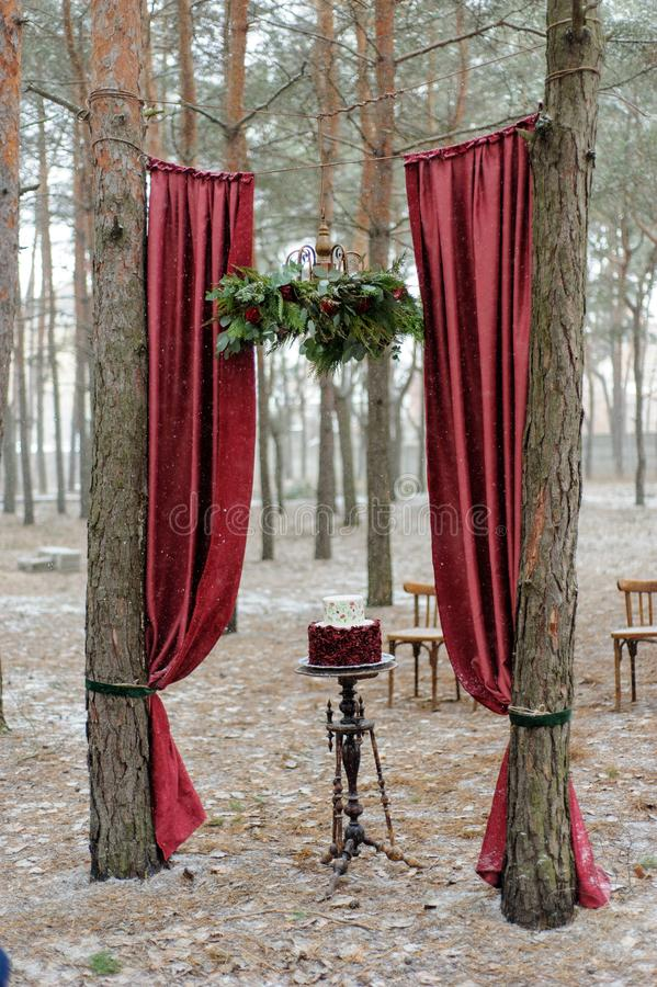 Minsta bröllopstårta för bröllopdag Bröllopstårta för brud och brudgum på bröllopdag royaltyfri bild