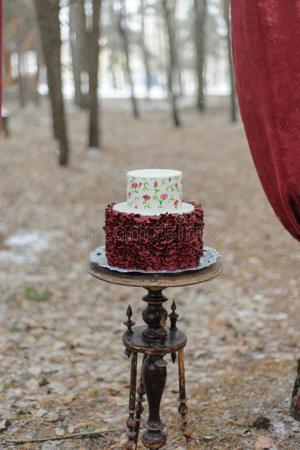Minsta bröllopstårta för bröllopdag Bröllopstårta för brud och brudgum på bröllopdag arkivfoton