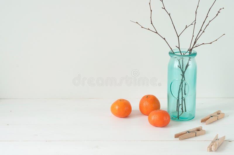 Minsta elegant sammansättning med tangerin och vasen royaltyfri bild