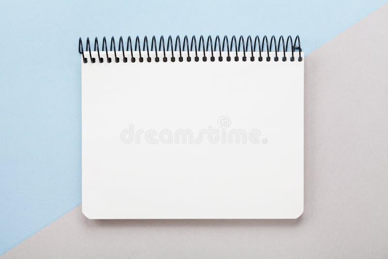 Minsta sammansättning med den rena anteckningsboken på bästa sikt för geometrisk pastellfärgad bakgrund lekmanna- stil för lägenh royaltyfri foto