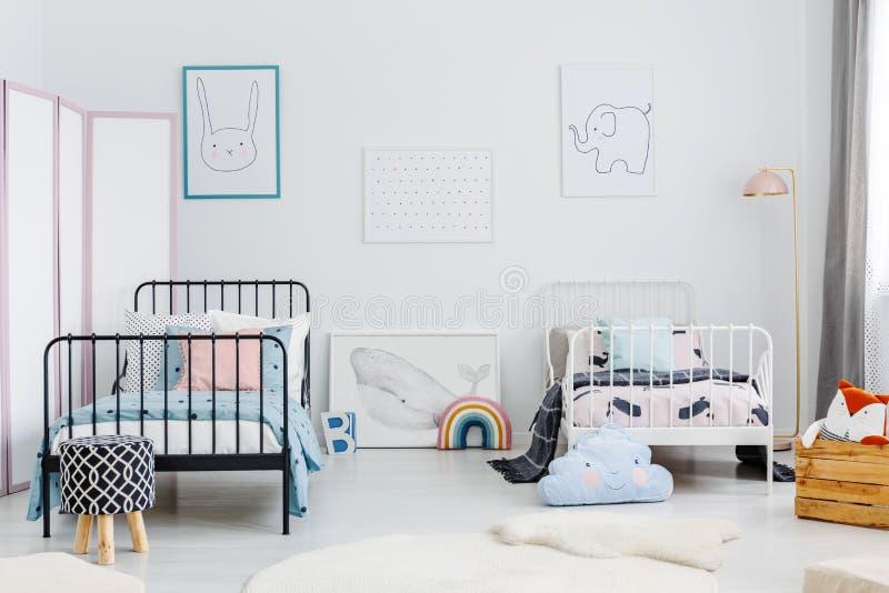 Minsta sovruminre för två barn Metallramsängar, som royaltyfri bild