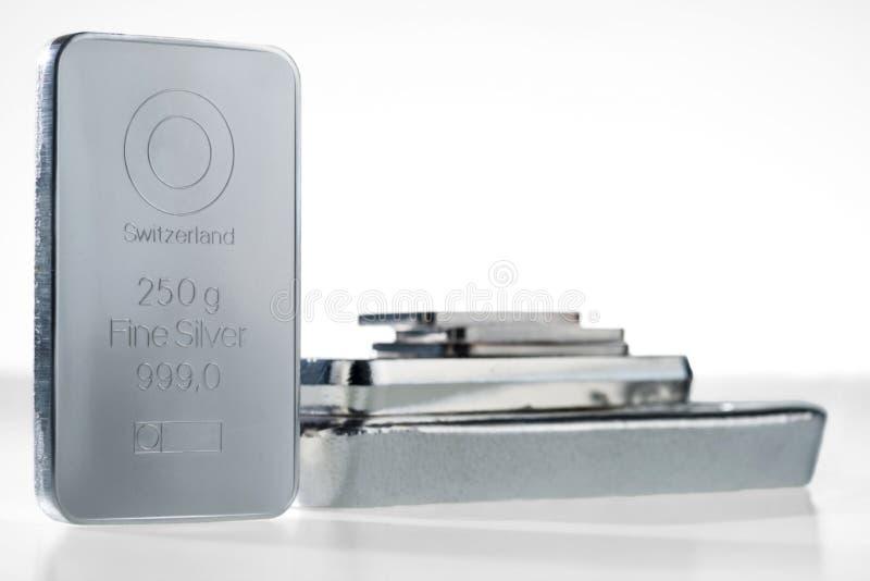 Minted silverstång som väger 250 gram och bunten av silvertackor arkivfoto