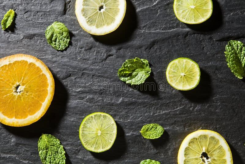 Mintkaramell, limefrukt, is, ingredienser och stångredskap för framställning av mojitococtailen arkivbilder