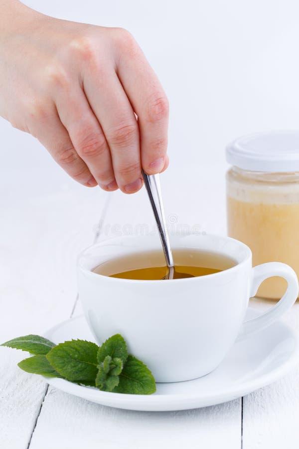 Mintkaramellte med honung på trätabellen royaltyfri bild