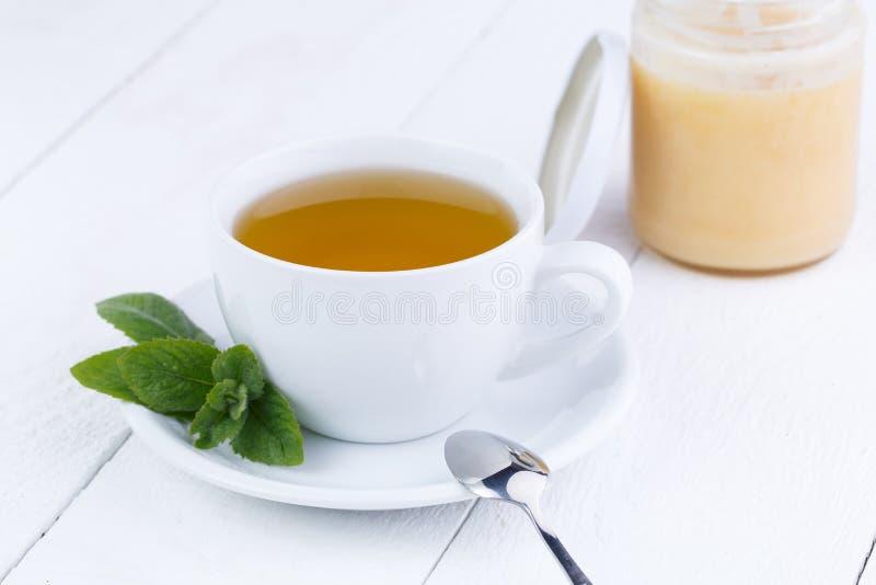 Mintkaramellte med honung på trätabellen royaltyfria bilder