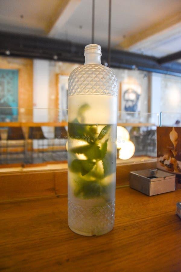Mintkaramellvatten dekorativ flaskinsida arkivbild
