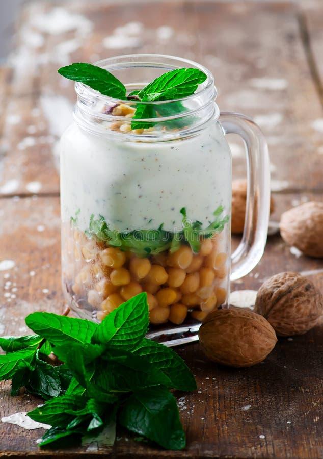 Minty παρφαί γιαουρτιού στο βάζο Ύφος αγροτικό στοκ εικόνα με δικαίωμα ελεύθερης χρήσης