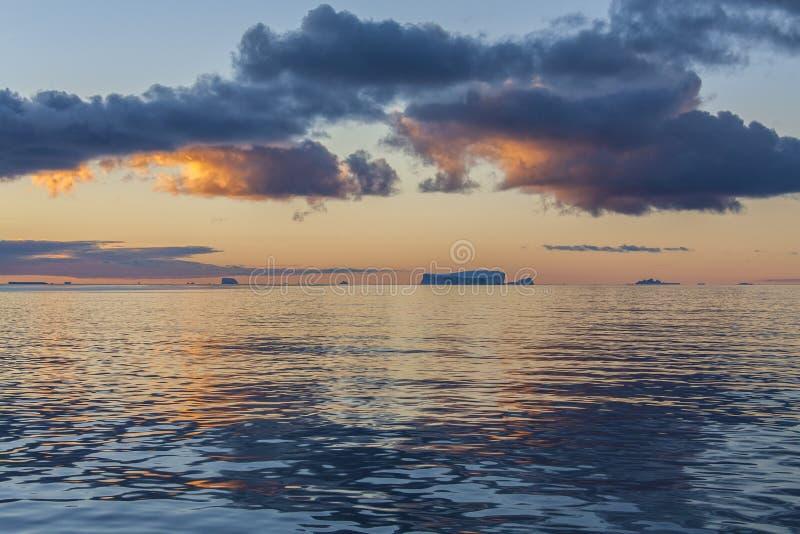 Minuit Sun - Drake Passage - Antarctique photographie stock libre de droits