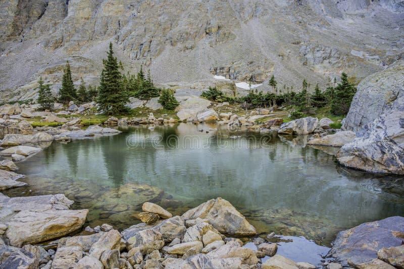 Minuscule étang alpin images libres de droits