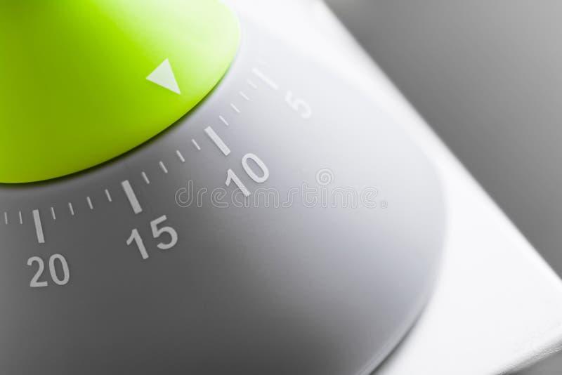 10 minuter - motsvarighetgräsplan/Grey Kitchen Egg Timer On vit Tabl royaltyfri foto