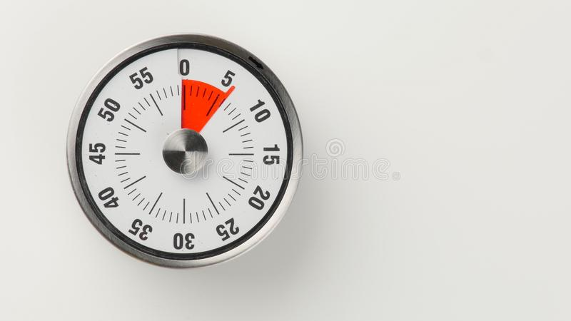 Minuterie analogue de compte à rebours de cuisine de vintage, rester de 6 minutes images libres de droits