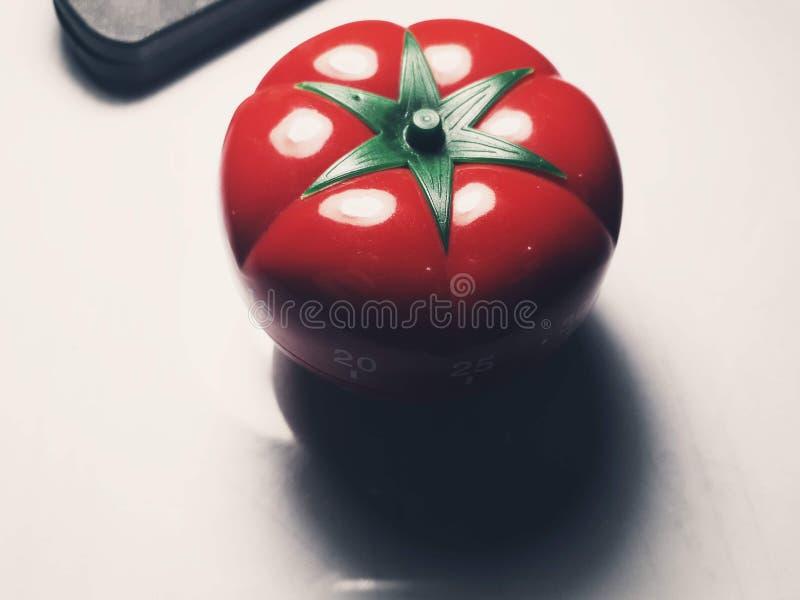 Minuterie de Pomodoro - minuterie de cuisine formée par tomate mécanique pour faire cuire ou étudier photo stock