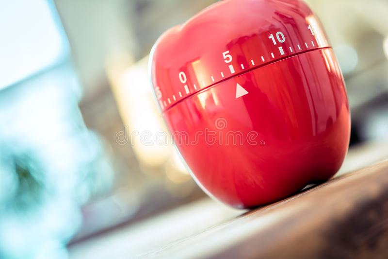 5 minutes - minuterie rouge d'oeufs de cuisine dans la forme d'Apple sur un Tableau photographie stock libre de droits