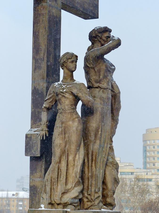 """Minuti dei passione-portatori reali della composizione nel frammento scultoreo """"alcuni prima dell'esecuzione """" Davanti alla chies immagini stock"""