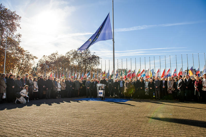 Minuto de silencio en tributo a las víctimas de París en el Coun fotografía de archivo