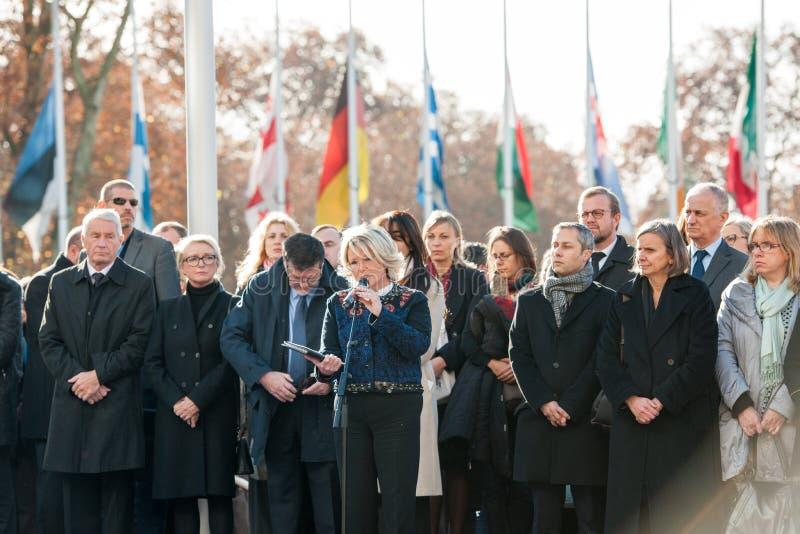 Minuto de silencio en tributo a las víctimas de París en el Coun imagenes de archivo