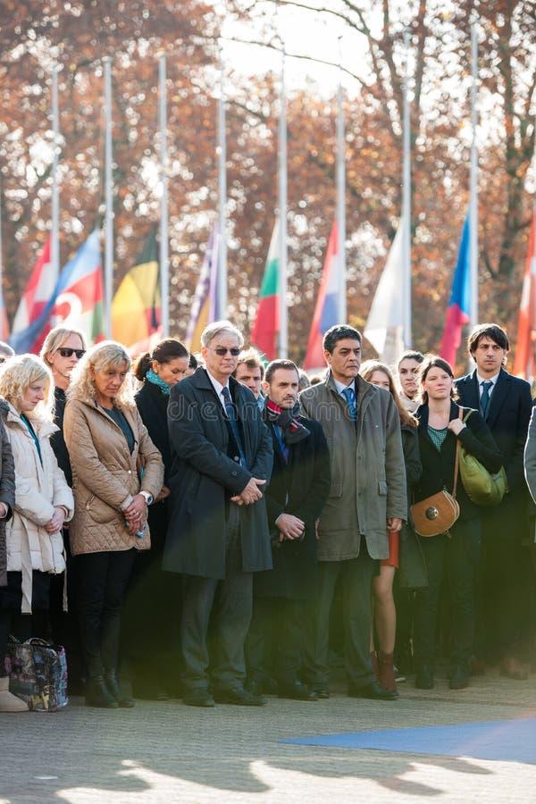 Minuto de silencio en tributo a las víctimas de París en el Coun foto de archivo