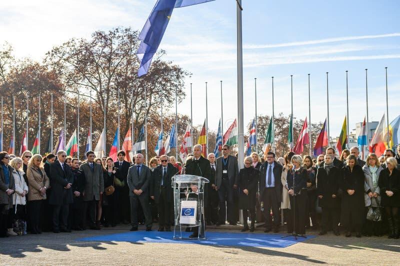 Minuto de silencio en tributo a las víctimas de París en el Coun fotos de archivo