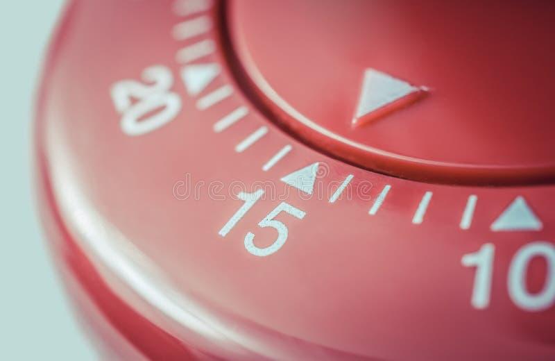 15 minutos - macro de um temporizador vermelho liso do ovo da cozinha foto de stock
