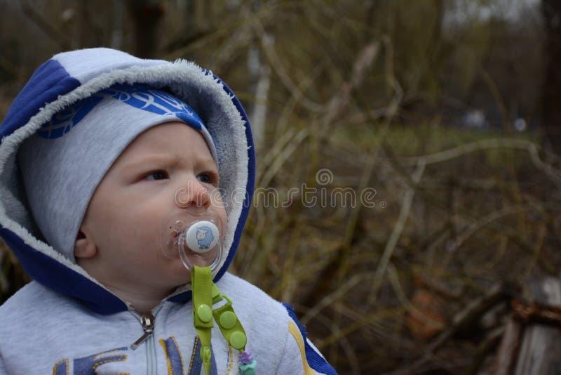 Mio figlio dolce su una passeggiata fotografia stock