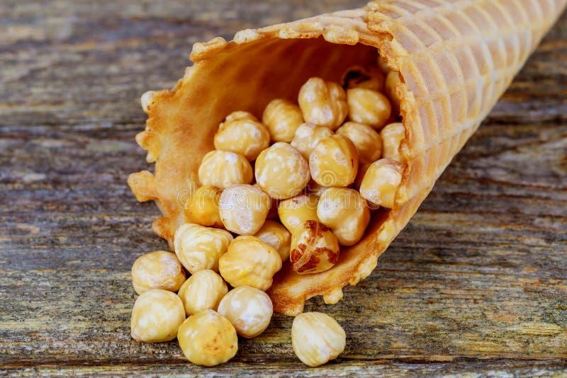 Miodowi arachidy z karmelu popkornem w cukrowych rożkach obraz royalty free