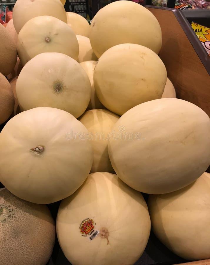 Miodowy rosa melon dla sprzedaży przy sklepem spożywczym obrazy royalty free