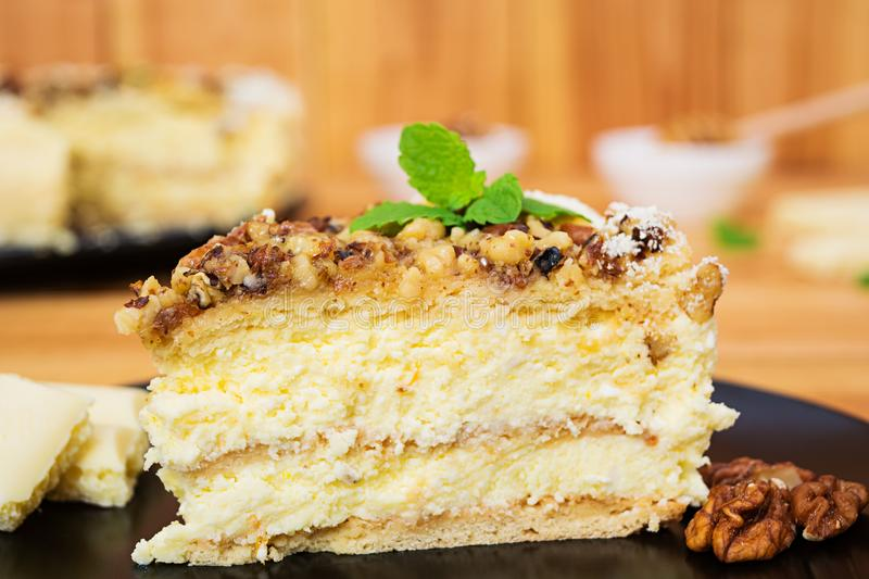 Miodowy tort z chałupa serem pomarańcze i dokrętki, dekorował z białą czekoladą zdjęcia royalty free