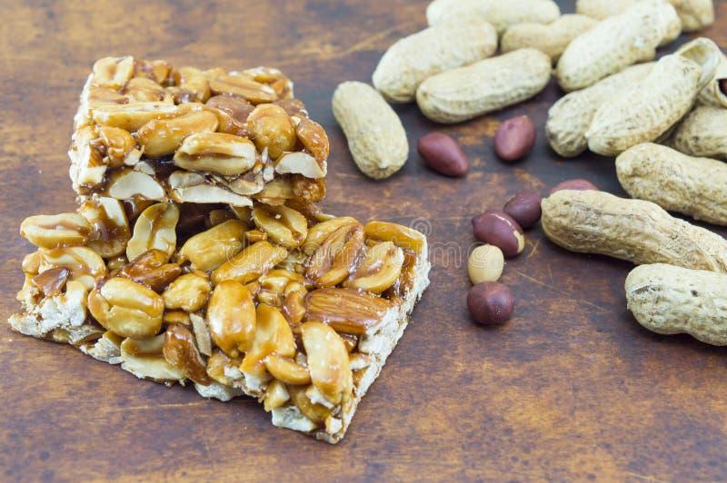 Miodu bar z arachidów migdałami otaczającymi pieczenią hazelnuts i fotografia royalty free
