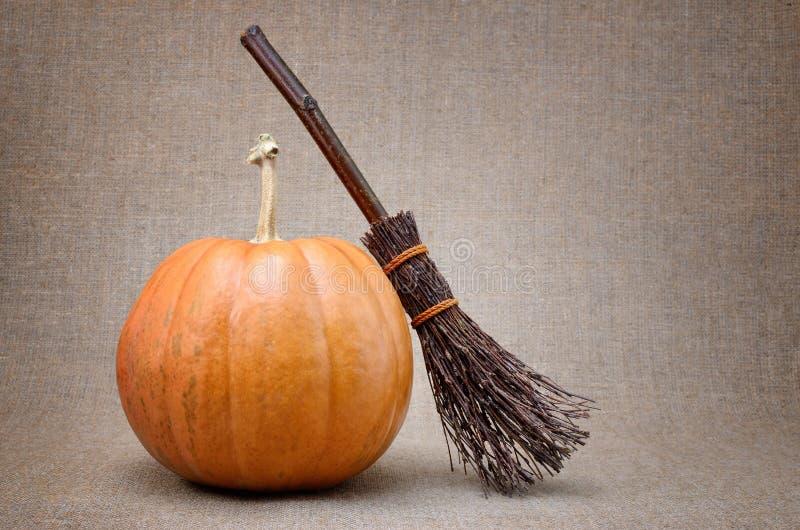 Miotły czarownica i dojrzała bania dla Halloween zdjęcie royalty free