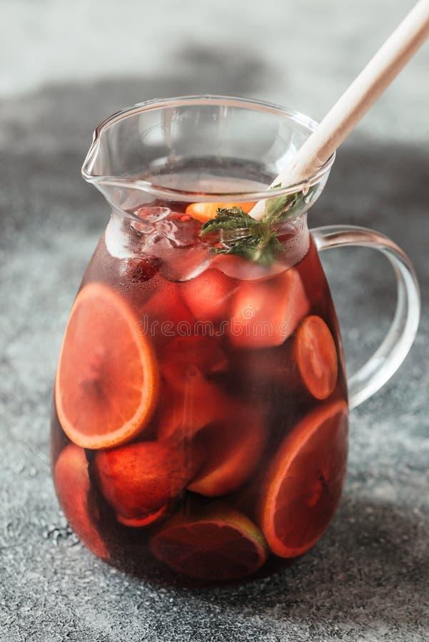 Miotacz Hiszpański owocowy Sangria obrazy stock
