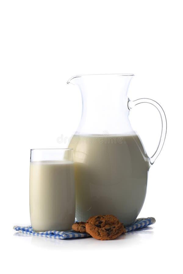 Miotacz i szkło z niektóre ciastkami i mlekiem obrazy stock