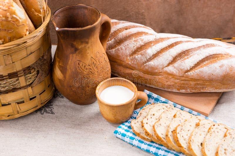 Miotacz, mleko i chleb na stole, obrazy royalty free