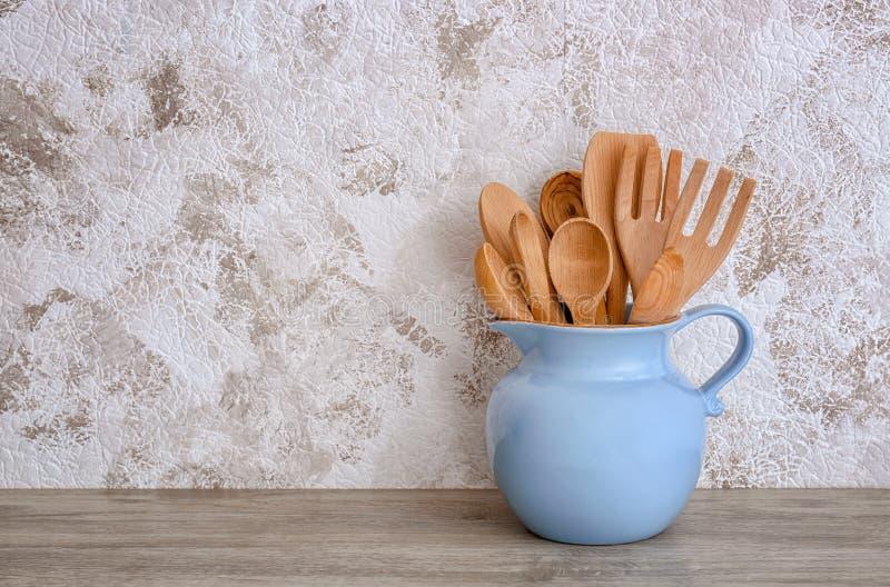 Miotacz z kulinarnymi naczyniami fotografia stock