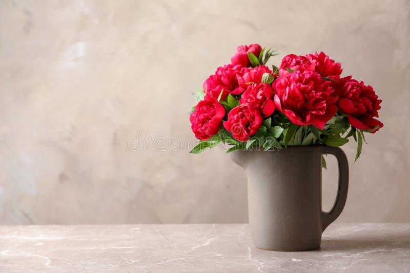 Miotacz z pięknymi kwitnącymi peoniami zdjęcie stock
