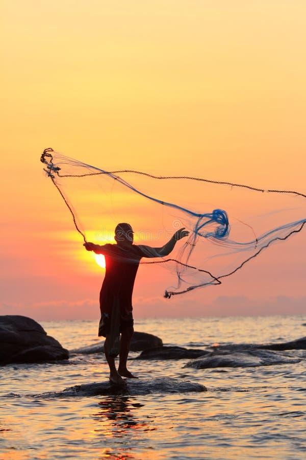 Miotanie sieć rybacka podczas wschodu słońca zdjęcia royalty free