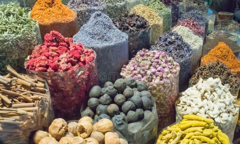Miríada de colores de la especia Souk del ` s de Dubai fotos de archivo libres de regalías