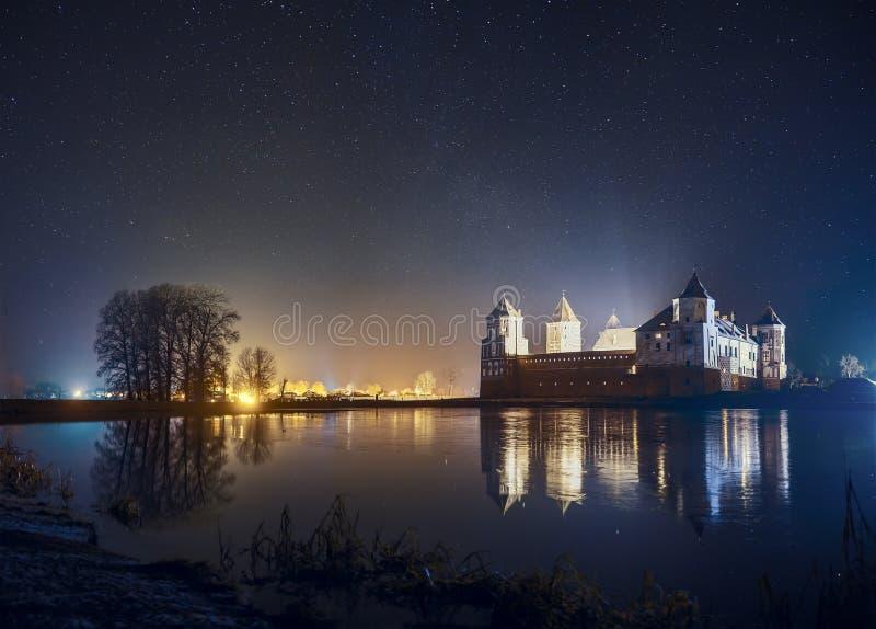 Mir城堡风景在繁星之夜 在Mirs的清楚的夜空 免版税库存图片