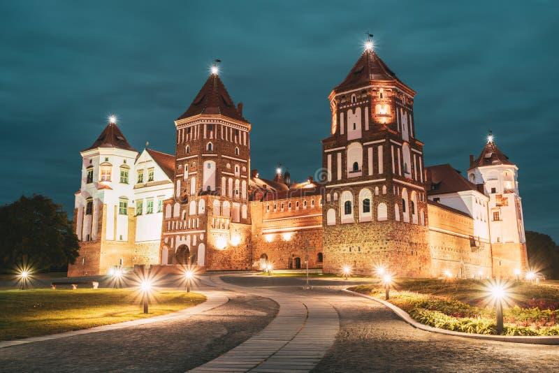 Mir, Białoruś Mir kasztelu kompleks W wieczór nocy iluminacji oświetleniu sławny punkt zwrotny UNESCO dziedzictwo architektoniczn zdjęcia royalty free