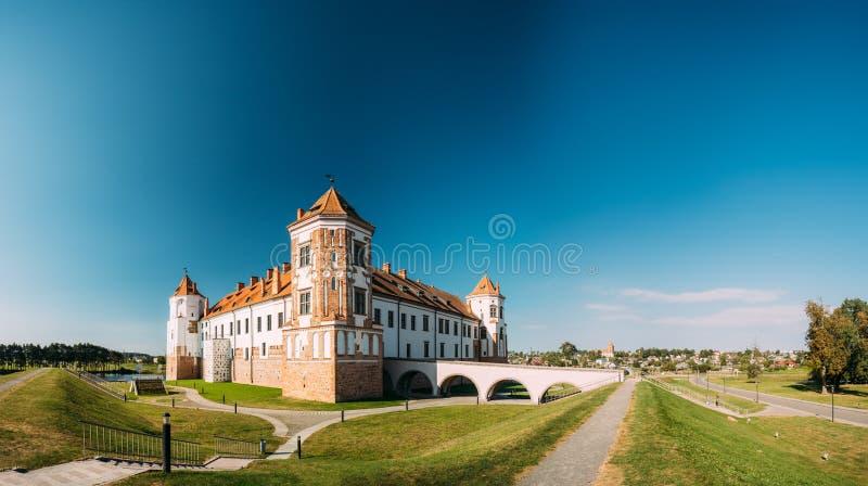 Mir, Białoruś Góruje Mir kasztelu kompleks Na Błękitnym Pogodnym nieba tle Architektoniczny zespół feodalizm fotografia royalty free