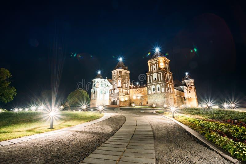 Mir, Białoruś Mir kasztelu kompleks W wieczór iluminacji Lightin zdjęcia royalty free