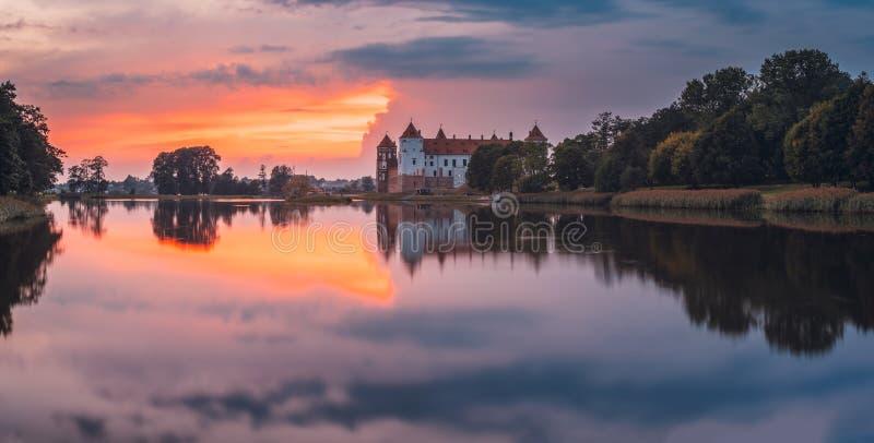 Mir, Białoruś Sceniczny widok Grodowy kompleks Mir Podczas zmierzchu O fotografia royalty free