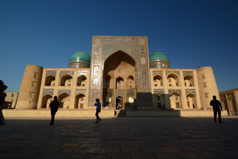 Mir-jag-arab madrasah i ljuset för sen eftermiddag Komplex Po-jag-Kalyan byggda uzbekistan arkivbild
