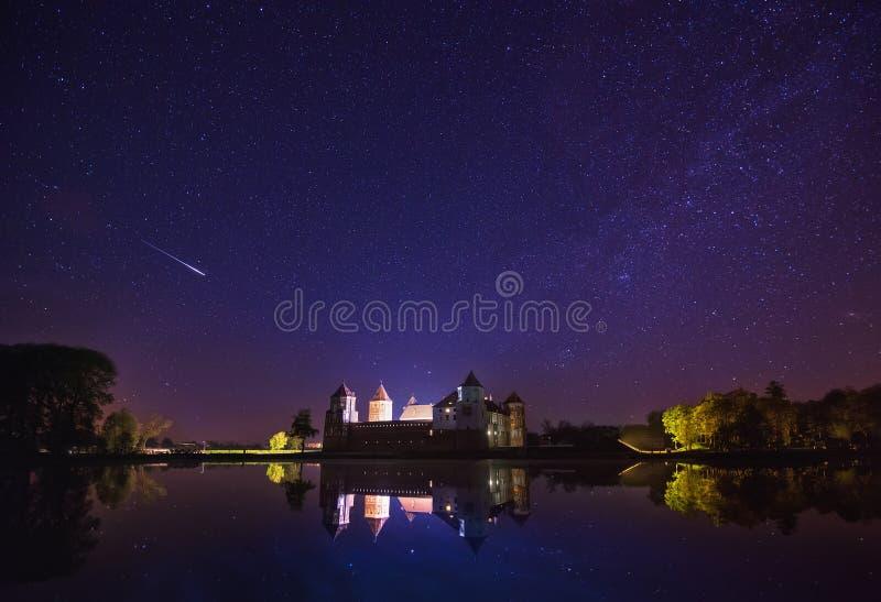 Mir Vitryssland Scenisk nattsikt av Mir Castle Complex royaltyfria foton