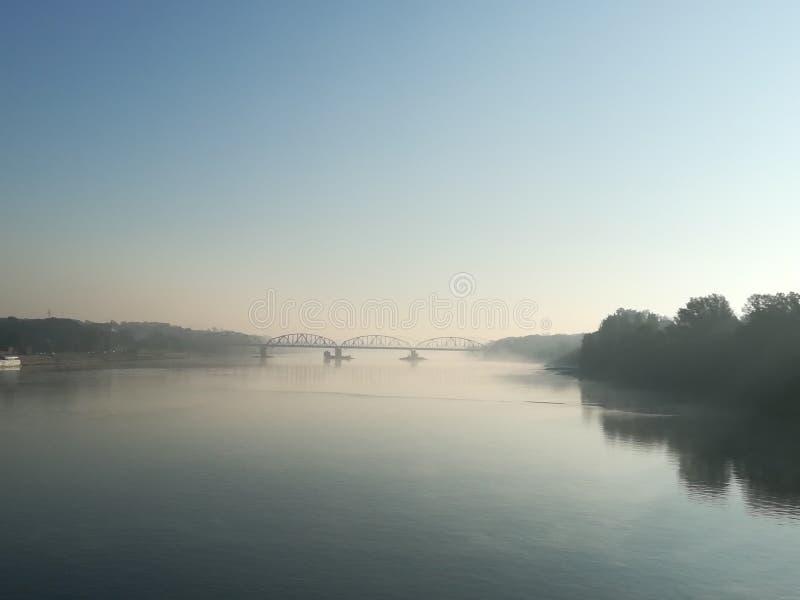 Mirażowy rzeka most w mgle fotografia stock
