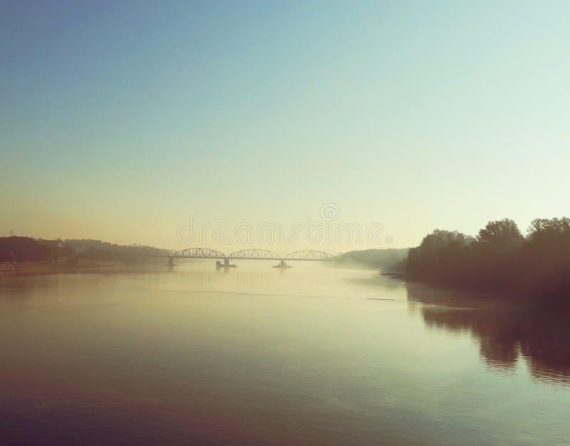 Mirażowy rzeka most w mgle obrazy royalty free